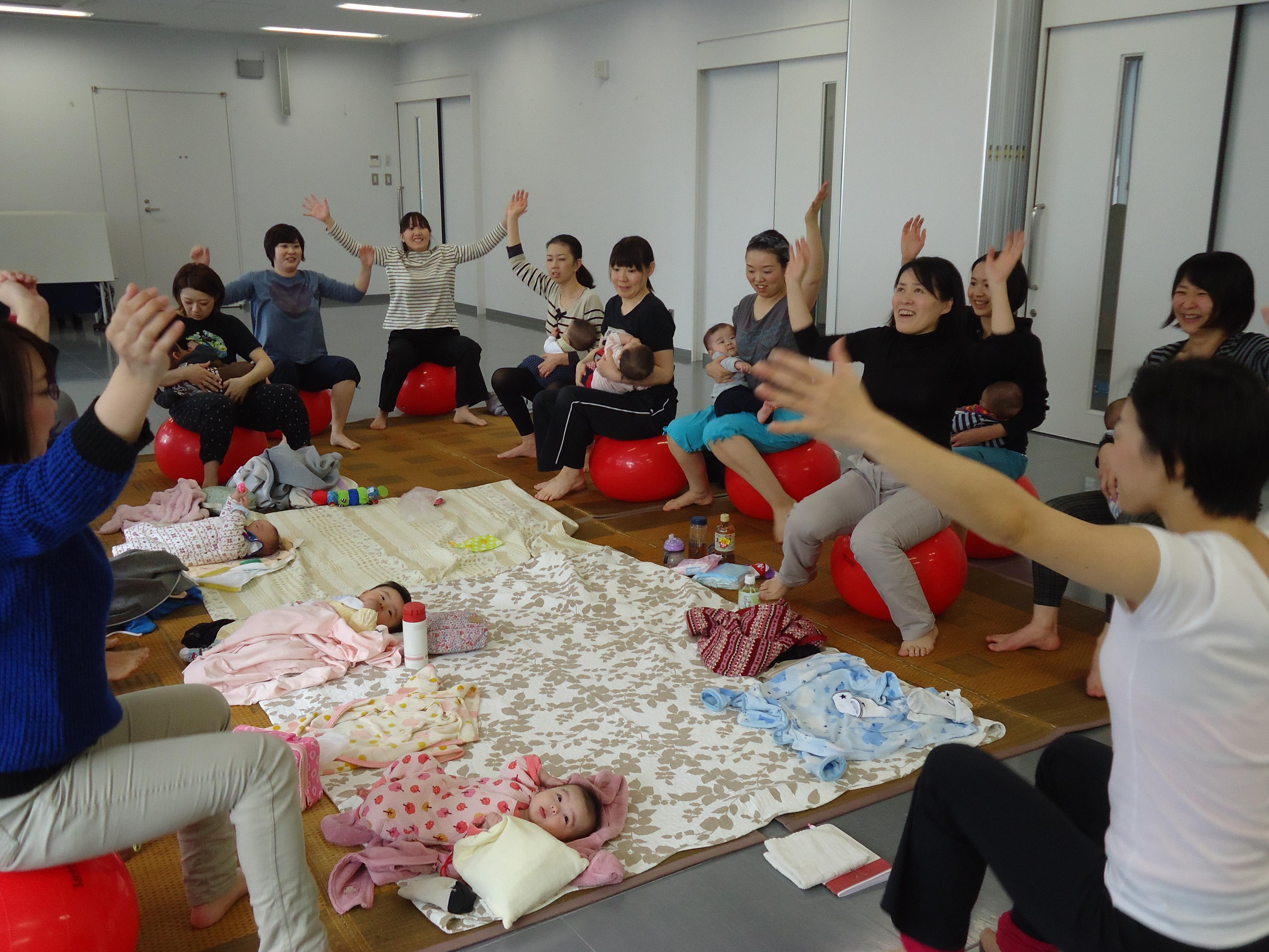 「産後でも楽しくできる運動です」長岡市子育ての駅ぐんぐん産後のバランスボール体験会レポート