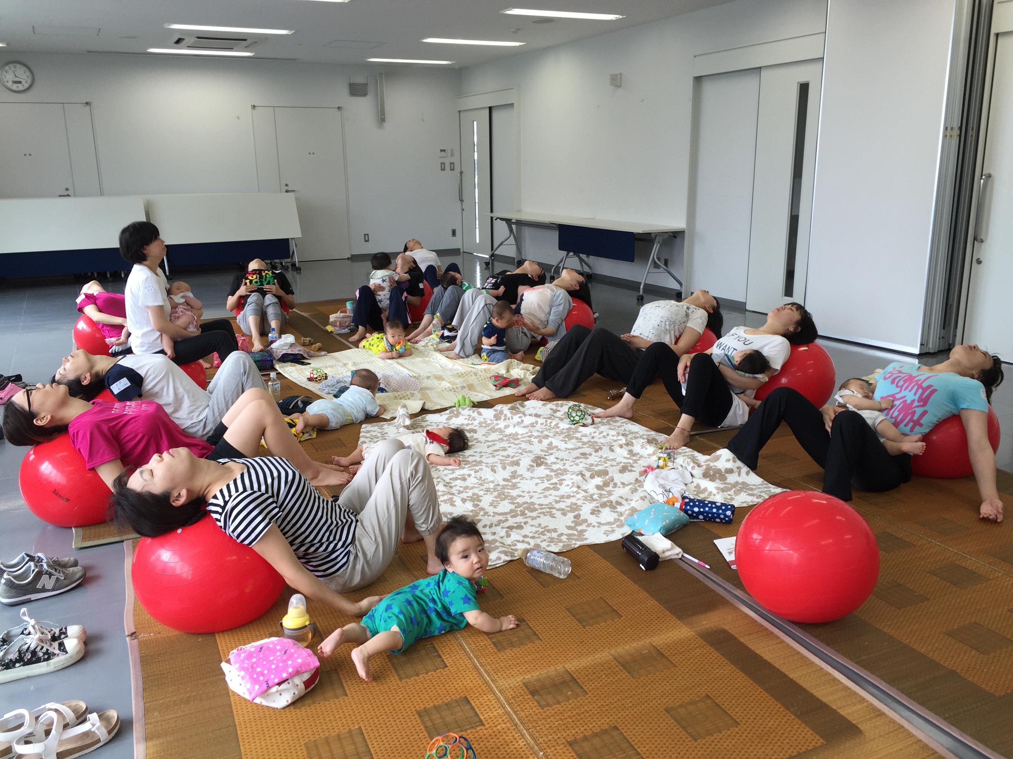 産後の体型、腰痛、骨盤。触って?感じて?確認して。長岡市子育ての駅ぐんぐんさま「産後バランスボール体験会」開催報告。